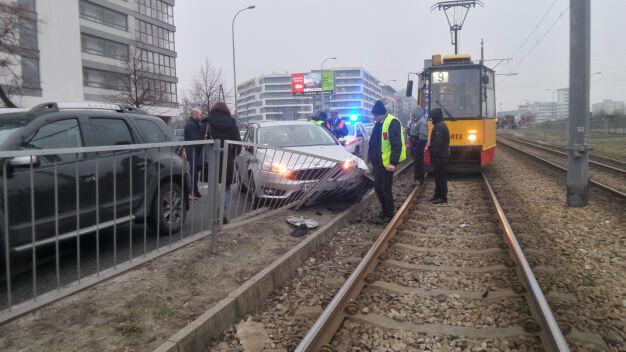 Rozbił barierki w alei Krakowskiej. Pomogli pasażerowie tramwaju