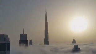 Najwyższy budynek na świecie wyłania się z morza mgły. To zdarza się dwa razy do roku