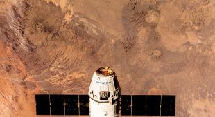 Statek kosmiczny i wyjątkowe krajobrazy