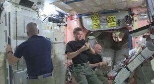Zobacz, w jaki sposób astronauci jedzą posiłki